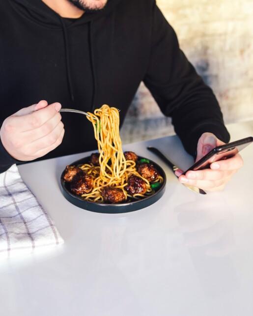 jedzenie nieuważne z telefonem